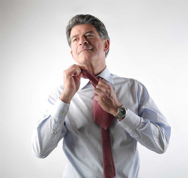 做领带的商人 免版税库存图片