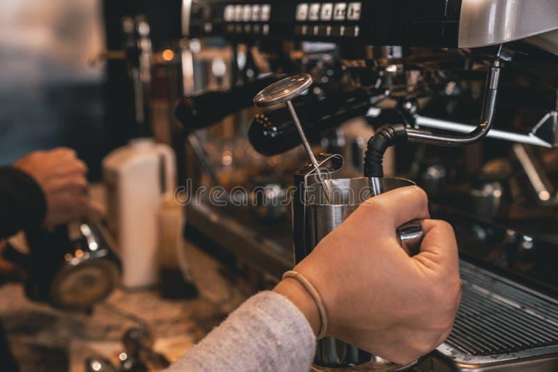 做饮料的Baristas,当蒸牛奶时 免版税图库摄影