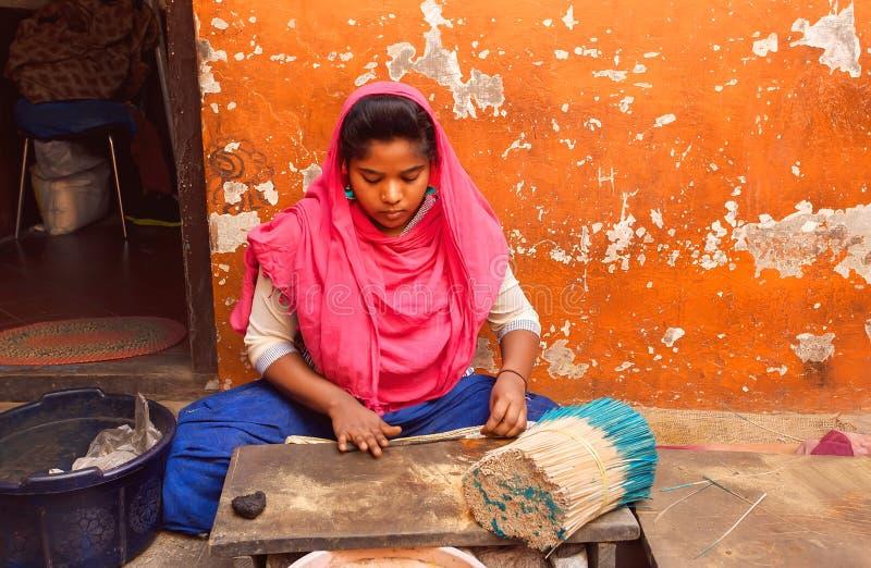 做香火的妇女用人工由芬芳面团和檀香木在地方工厂黏附 图库摄影