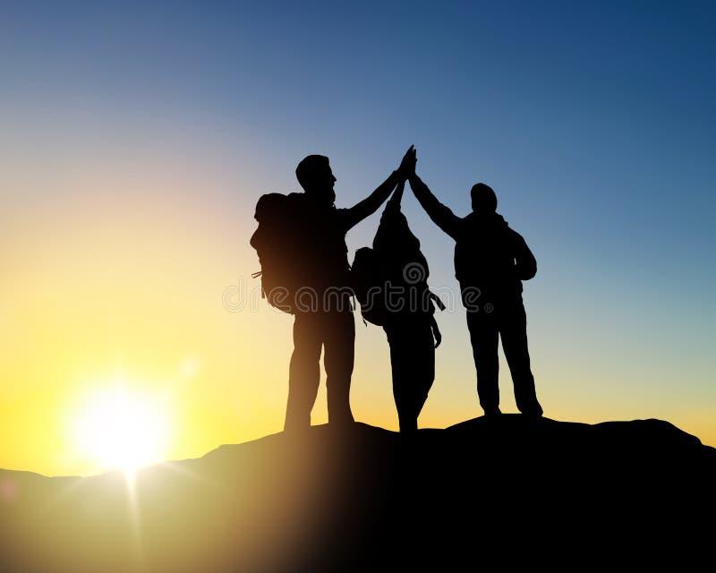 做高五在日出的旅客 免版税图库摄影