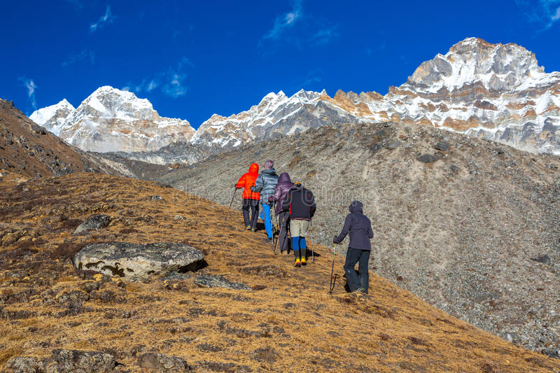 做高处风土化训练的爬山者 库存照片