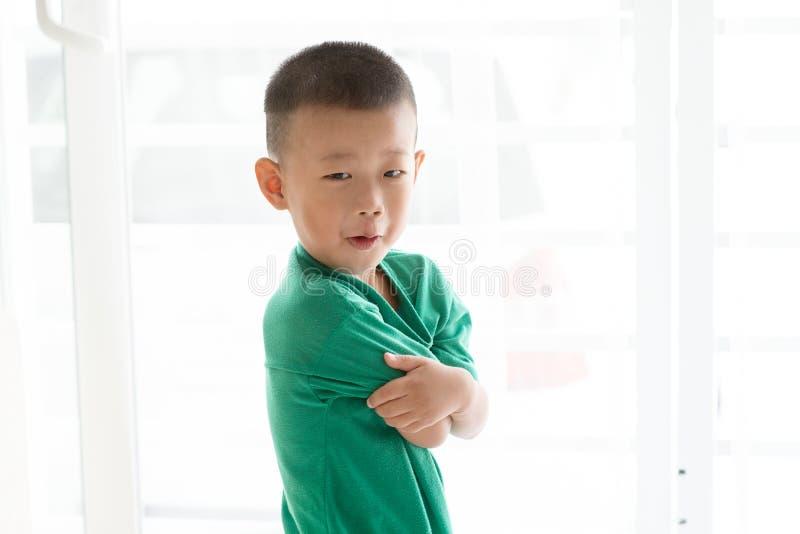 做鬼脸亚裔的男孩 免版税图库摄影