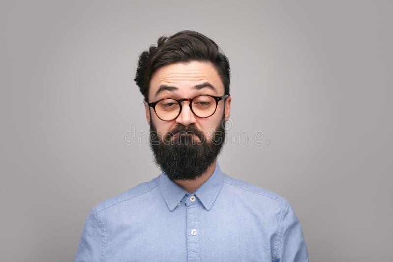 做鬼脸在灰色的书呆子人 图库摄影