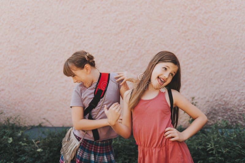 做鬼脸的两个滑稽的女孩 免版税图库摄影