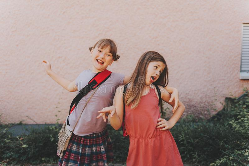 做鬼脸的两个滑稽的女孩 免版税库存照片