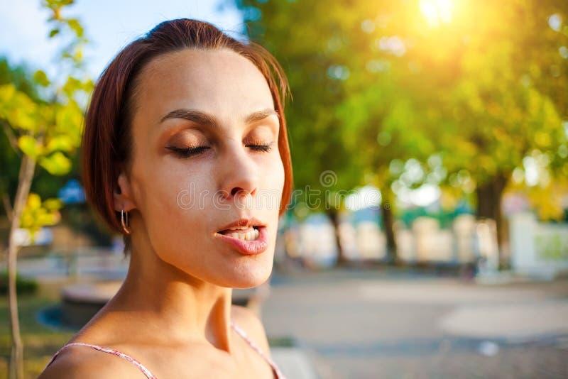做鬼脸的女孩的画象  免版税库存照片