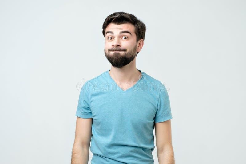 做鬼脸的年轻人幽默情感画象  免版税图库摄影