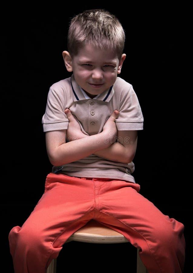 做鬼脸的微笑的小男孩 免版税库存图片