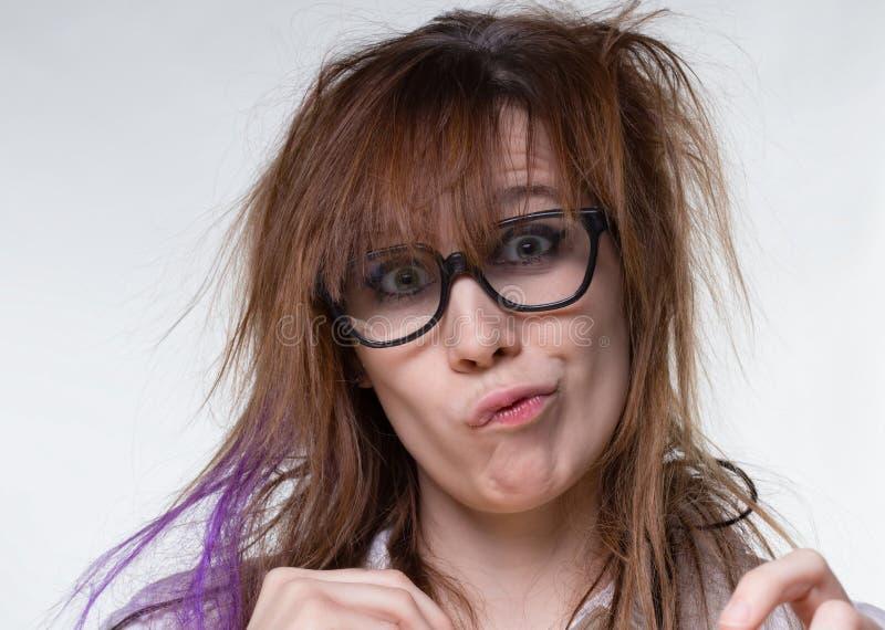 做鬼脸的科学家粗野的妇女 免版税库存图片