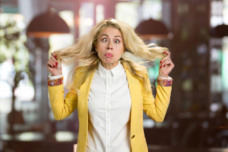 做鬼脸的年轻白肤金发的妇女 免版税库存图片