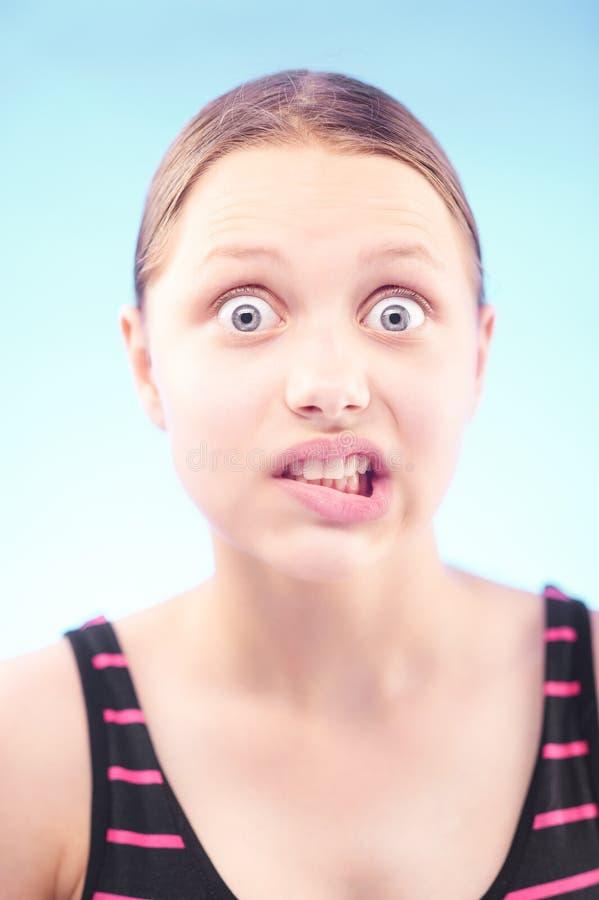 做鬼脸青少年的女孩 免版税库存图片