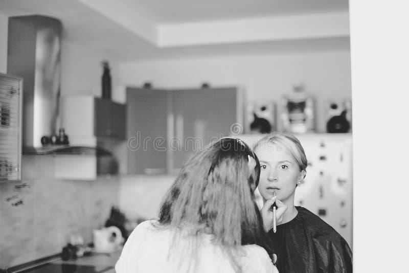 做魅力式样构成的专业化妆师在工作 库存照片