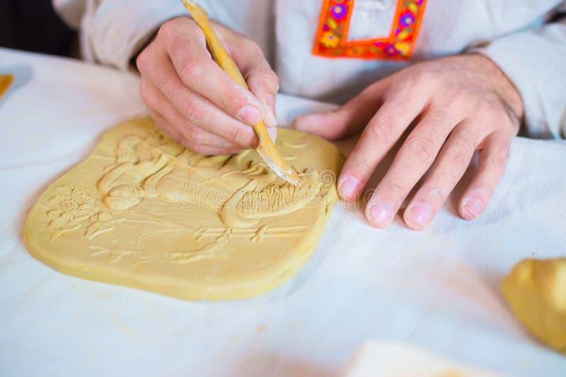 做黏土邮票图片的陶瓷工 免版税库存图片