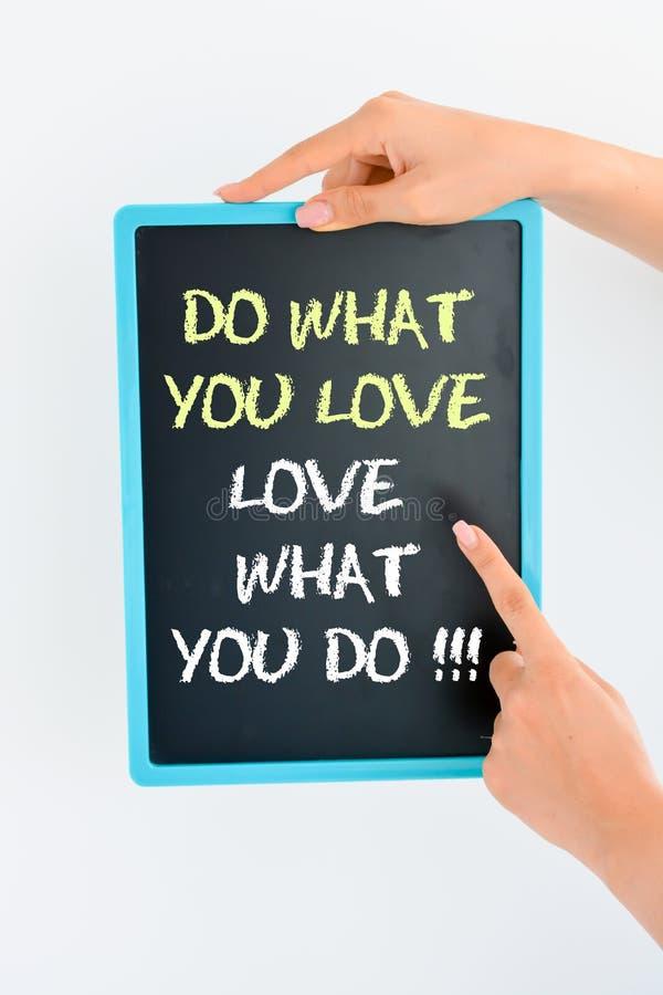 做什么您爱并且爱什么您在黑板发短信给 免版税库存照片