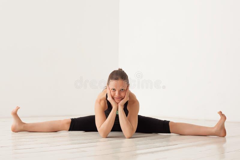 做从体育的女孩锻炼 图库摄影