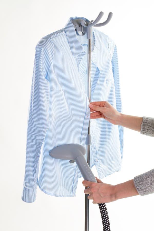 做主妇衣物的蒸气熨斗运作更加容易 库存图片