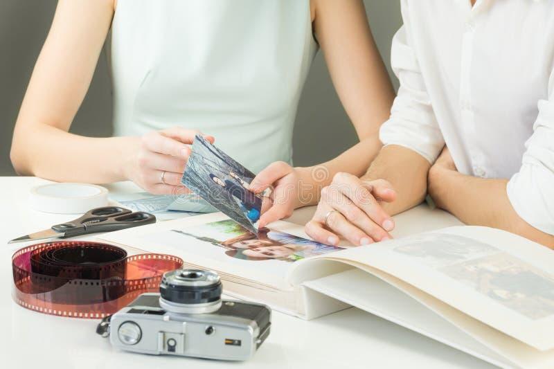 做年轻家庭照片册页 免版税库存图片