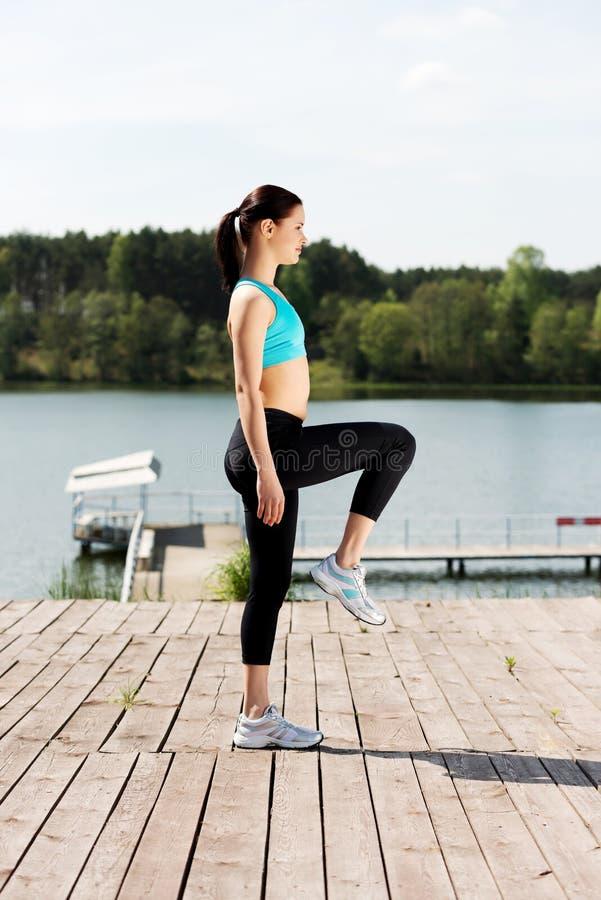 做锻炼本质上的妇女 免版税库存图片
