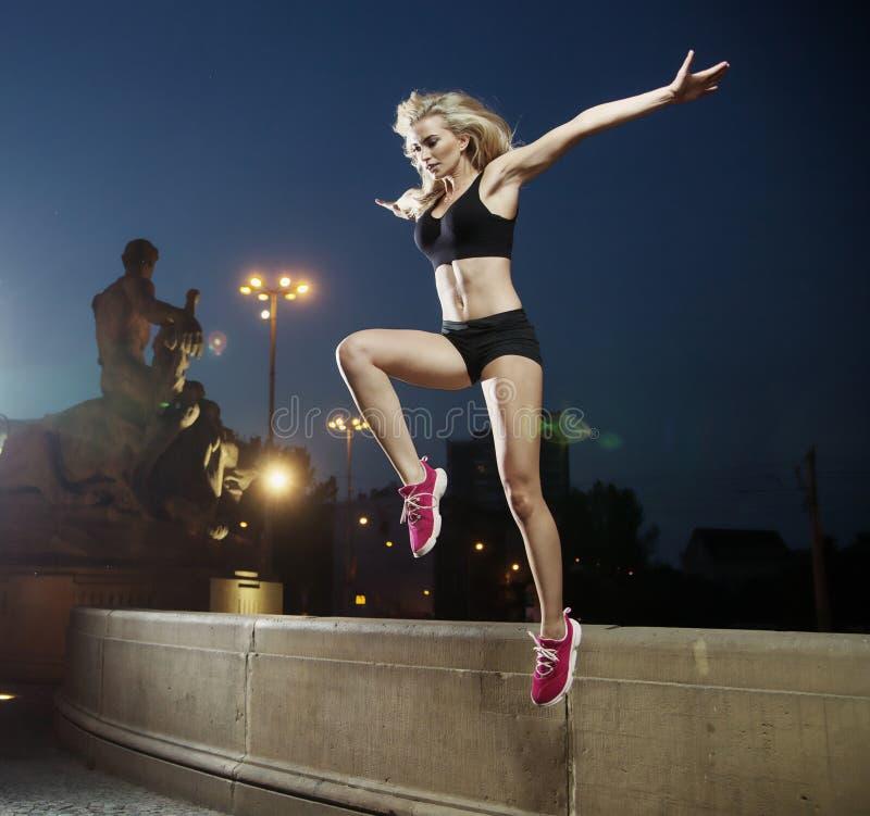 做锻炼的匀称,运动妇女 库存照片