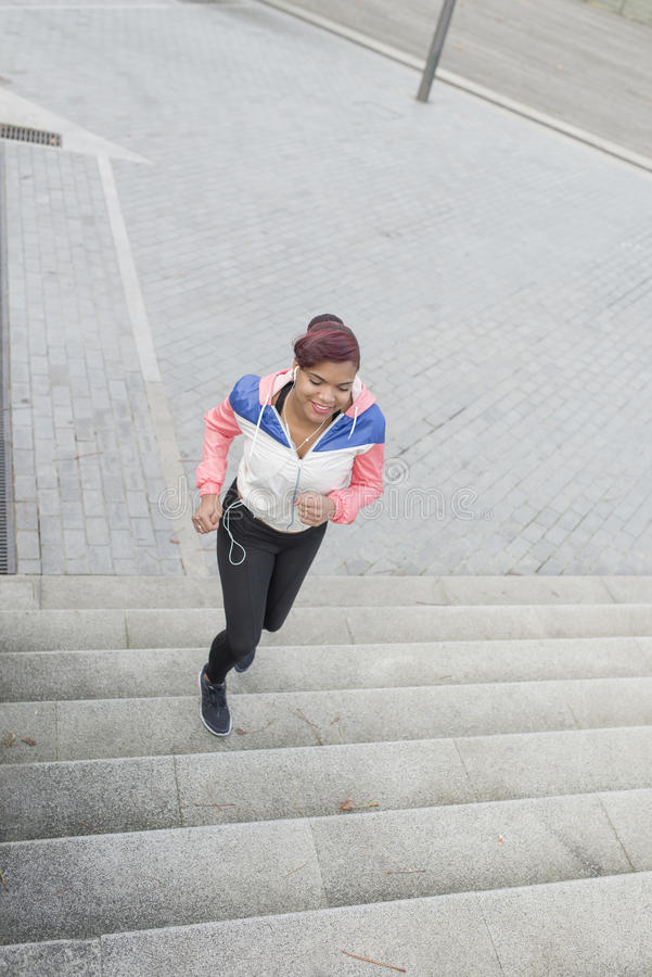 做锻炼的妇女,跑步在台阶上下 免版税库存照片