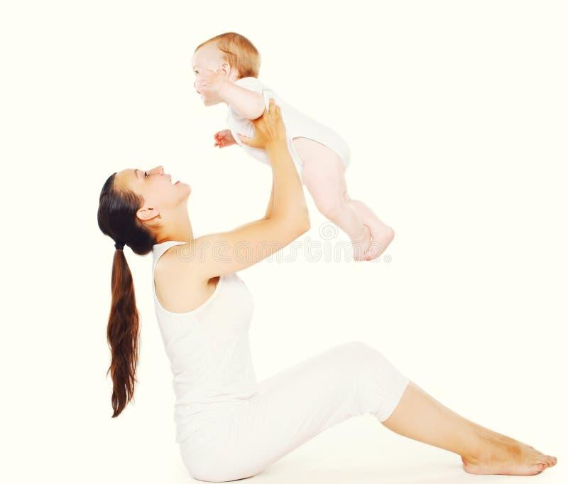 做锻炼的婴孩和母亲 免版税库存照片