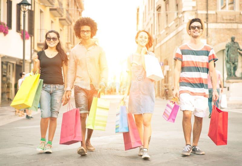 做购物的两对混合的族种夫妇 库存照片