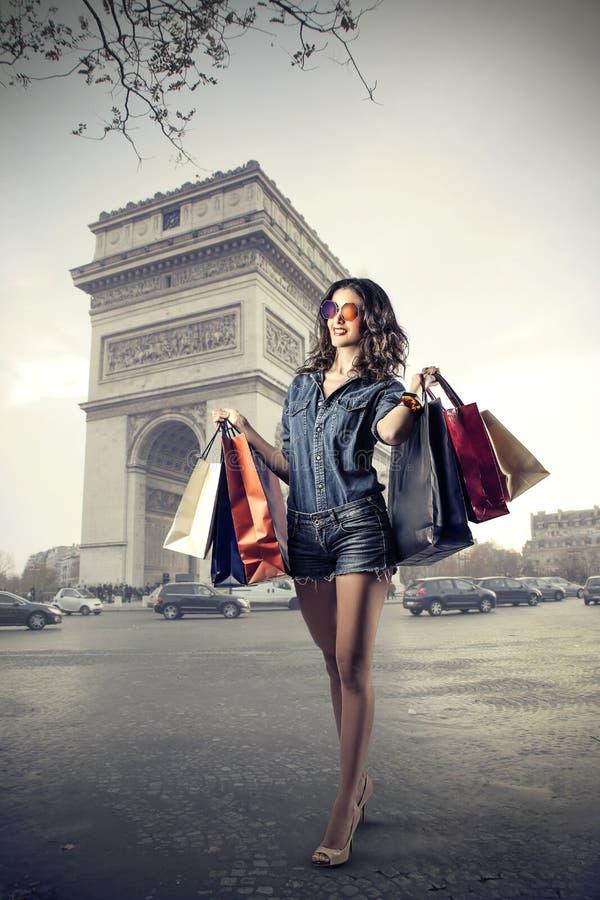 做购物的时兴的女孩 免版税库存照片