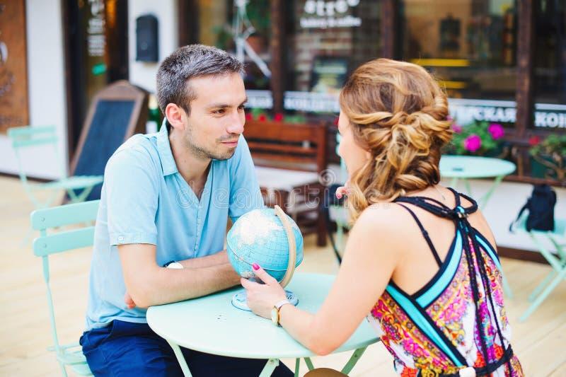 做他们的下个旅行目的地的年轻夫妇计划 免版税库存图片