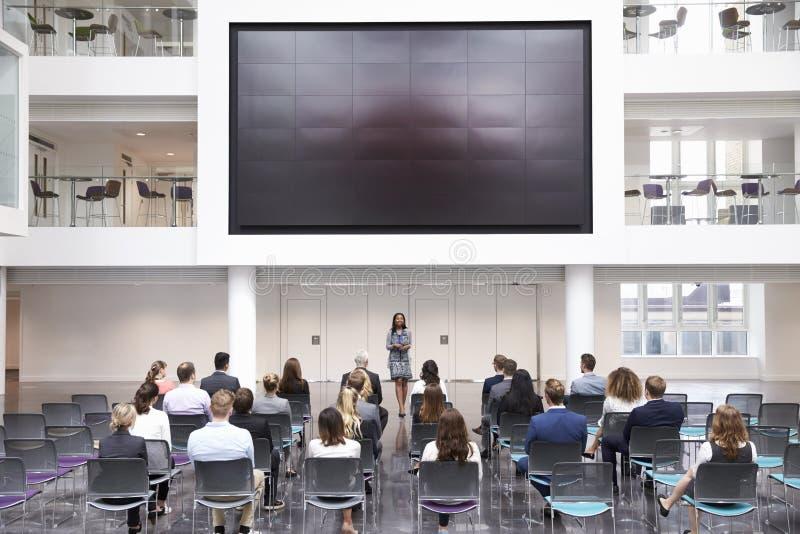 做介绍的女实业家在会议 库存照片