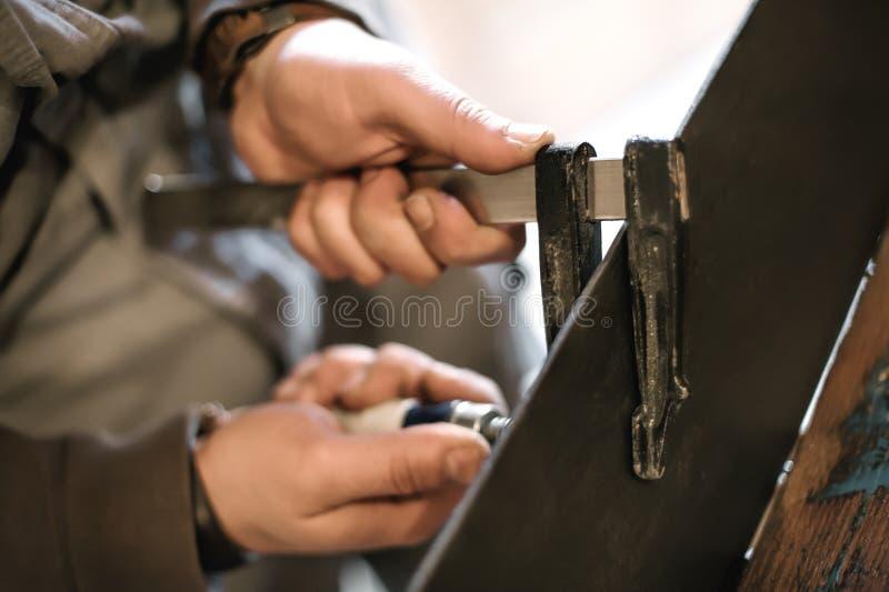 做他的工作的木匠在木匠业车间 库存照片