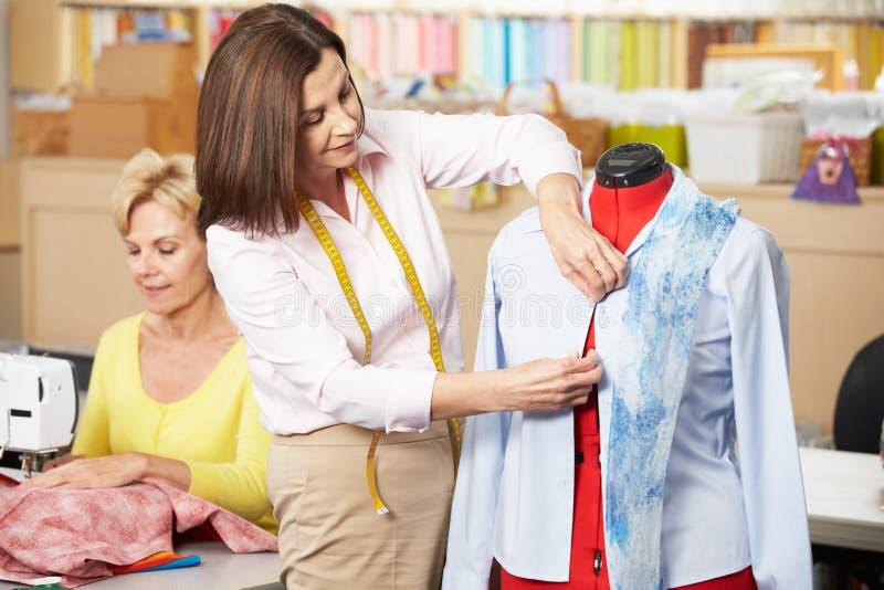 做类的礼服的妇女 免版税库存照片