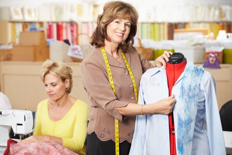 做类的礼服的妇女 免版税库存图片