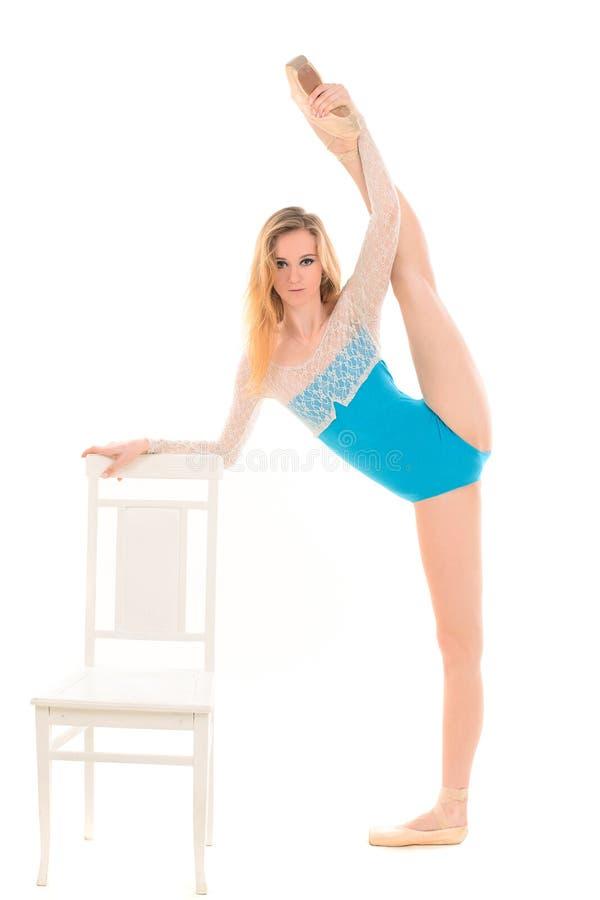 做年轻的芭蕾舞女演员舒展锻炼 图库摄影