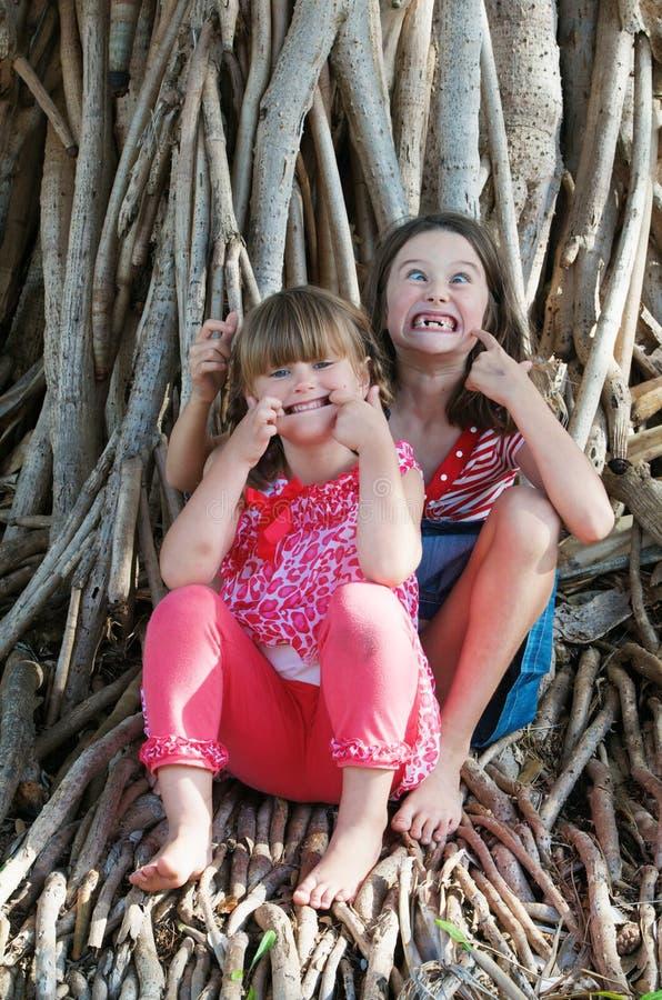 做滑稽的面孔的孩子 库存照片