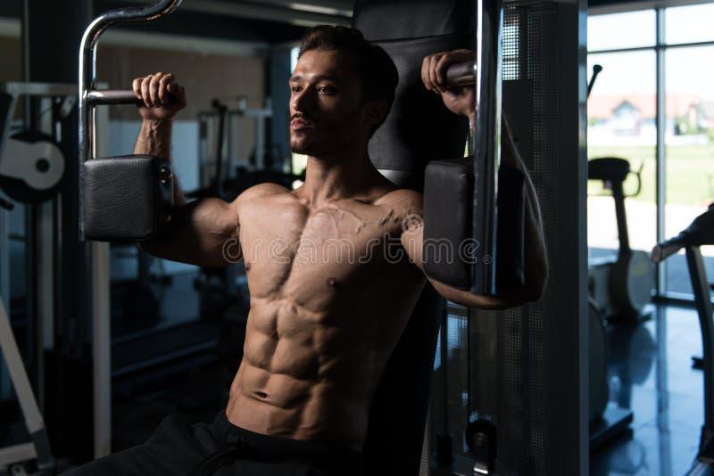 做蝴蝶在机器的人胸口锻炼 图库摄影