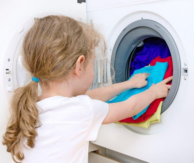 做洗衣店的小女孩 免版税库存图片