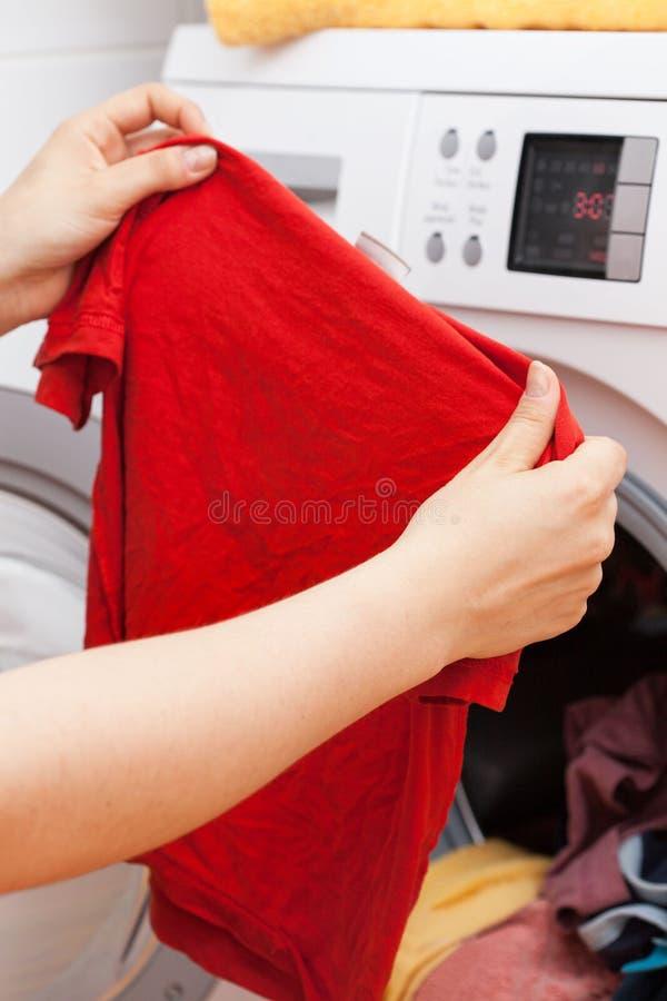 做洗衣店的管家 免版税图库摄影