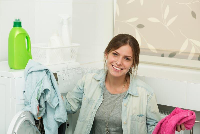 做洗衣店的美丽的女孩 图库摄影