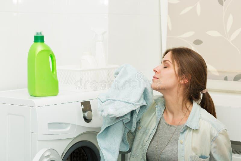 做洗衣店的美丽的女孩 免版税库存照片