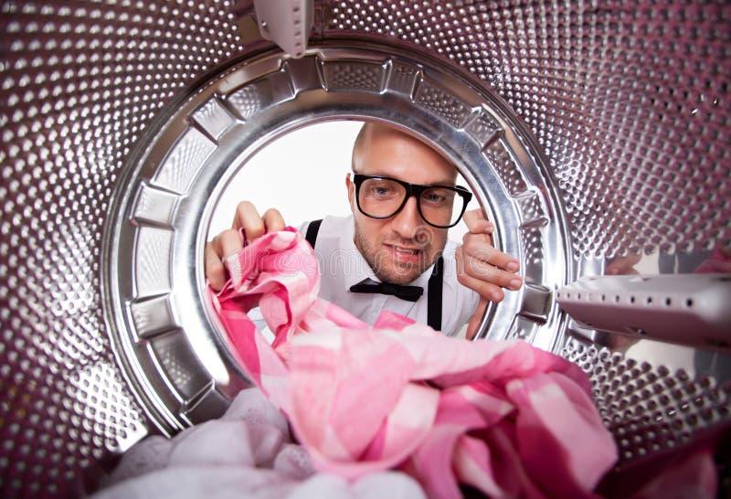 做洗衣店的年轻人 图库摄影