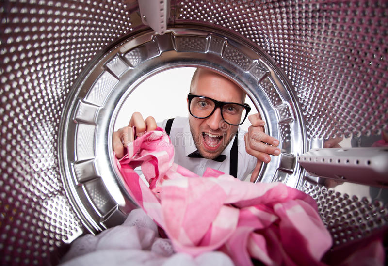 做洗衣店的年轻人 免版税库存照片