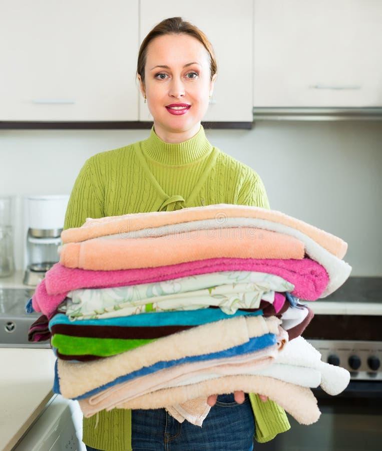 做洗衣店的妻子 免版税库存图片