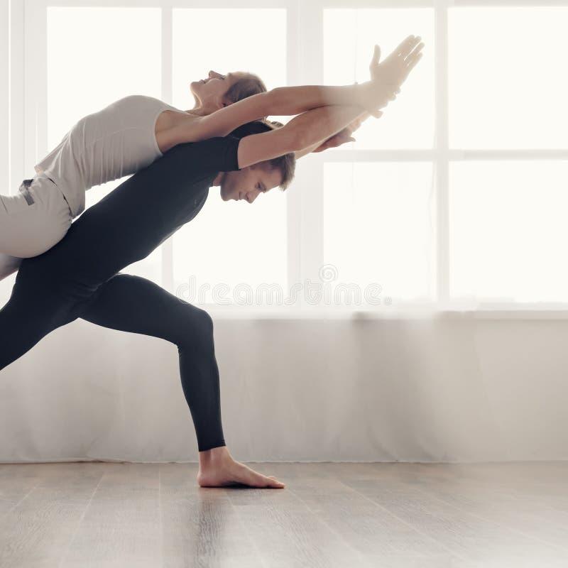做acro瑜伽的夫妇 免版税图库摄影