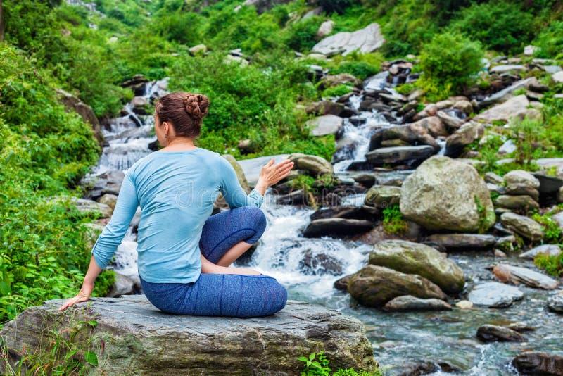 做Ashtanga Vinyasa瑜伽asana Marichyasana D的妇女 库存照片 - 图片 包括有 ...
