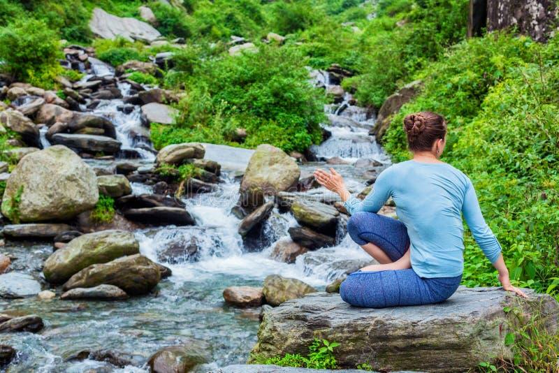 做Ashtanga Vinyasa瑜伽asana Marichyasana D的妇女 库存图片 - 图片 包括有 ...