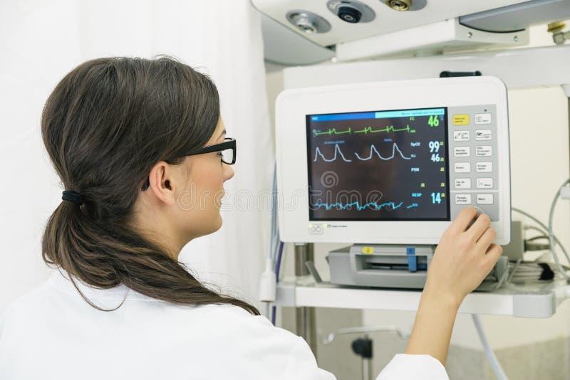 做ECG测试的医生在医院 免版税库存照片