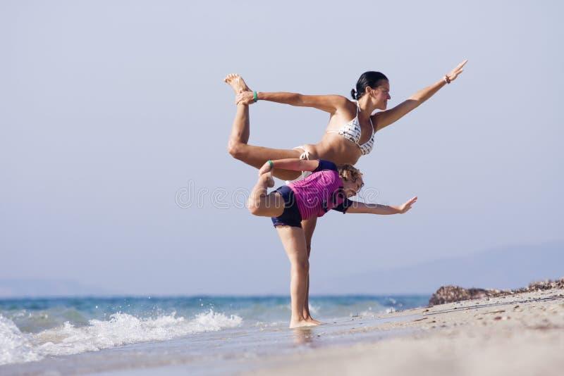 做joga的母亲和女儿 免版税库存图片