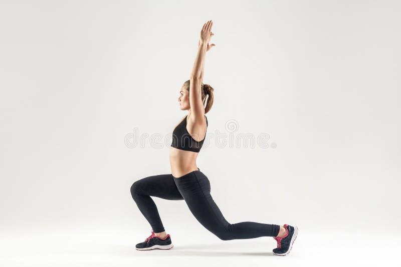 做pilates的白肤金发的妇女 外形,侧视图 库存照片