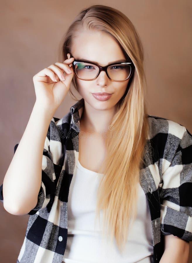 做selfie在学校,s的玻璃的年轻俏丽的女孩少年 免版税图库摄影