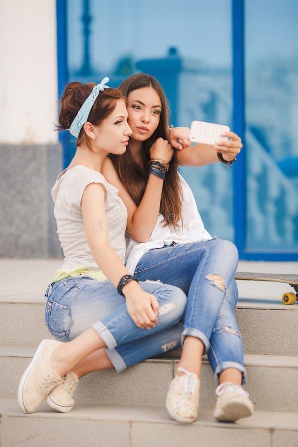 做selfie照片的两个美丽的少妇 免版税图库摄影